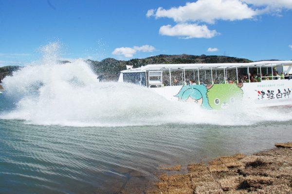 巴士飞奔于津轻白神湖中!?水路两用巴士